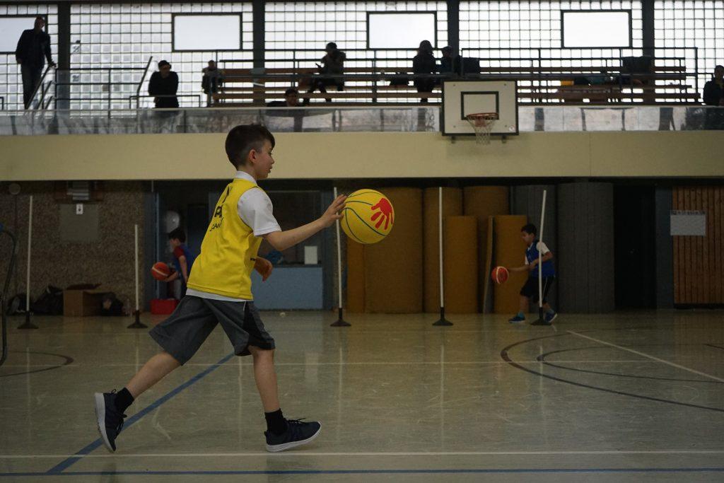 Grundschulkind mit Basketball