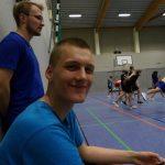 Erik lächelt bei einem Basketball-Spiel in Hannover